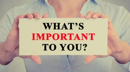 Frau hält Zeichen mit der Aufschrift: What is important to you