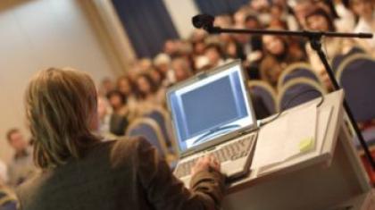 Spannende Thesen, knackige Beispiele und fehlerfreie Sheets – wer die Vortragsvorbereitung ernst nimmt und sich fachkundig unterstützen lässt, hat die Zuhörer auf seiner Seite. © endostock – Fotolia.com